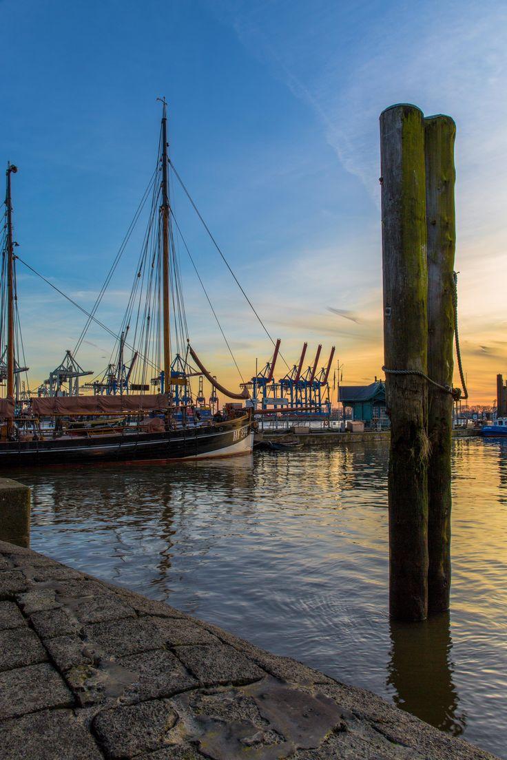 Fähranleger Neumühlen zur blauen Stunde | Bildschönes #Hamburg