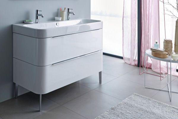 Думаю, что все согласятся, что мебель для ванны играет решающую роль в формировании общей пространства, которое можно скорректировать с помощью дизайна, материала и цвета. Самое главное, что мебель для ванной комнаты создает практичное место для хранения, где можно с удобством расположить ванные принадлежности. На фото тумба под раковину Happy D.2 бренда Duravit #duravit #happyd2 #duravithappyd2 #дюравит #тумба под раковину #тумбадля раковины #интерьер #интерьерваннойкомнаты #вванной…