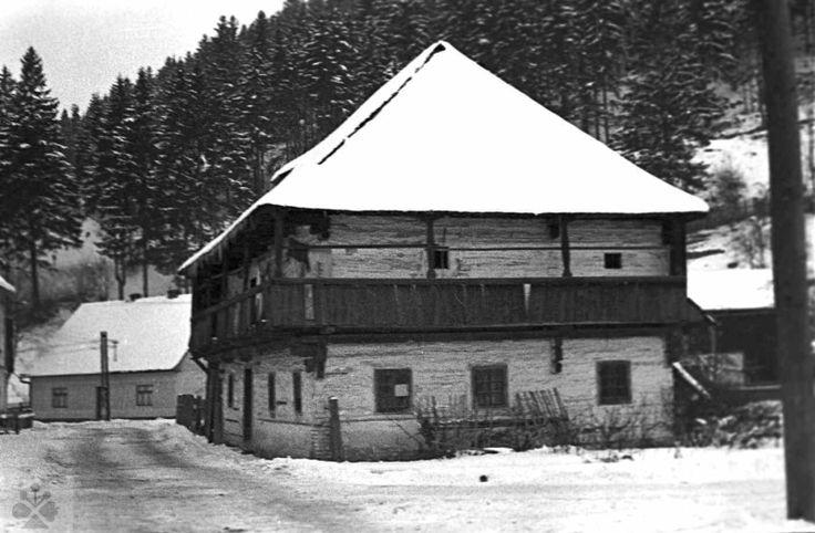 Poschodový dom, Horná Štubňa, okr. Turčianske Teplice, 1962. Foto: Ján Kantár. Archív negatívov Ústavu etnológie SAV v Bratislave