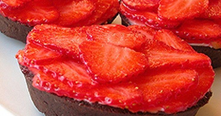 Mennyei Epres kosárka recept (Tarte aux fraises et au mascarpone) recept! Ez egy roppant egyszerű, de mégis igazán finom édesség. Az eper, a keserű kakaó, és a mascarpone együtt egy igazán különleges ízhatást eredményeznek!