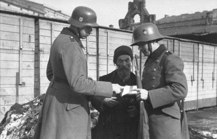 1941, Pologne, Cracovie, Des policiers allemands contrôlent des juifs