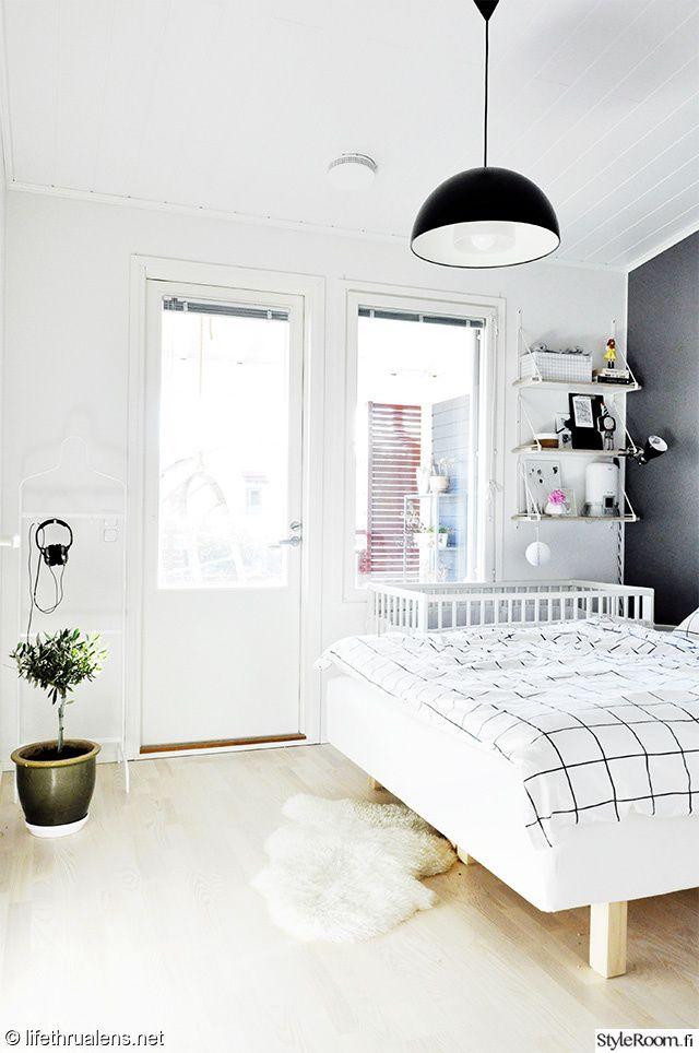 valkoinen,valoisa,pelkistetty,seinähylly,harmaa seinä,pinnasänky,makuuhuone