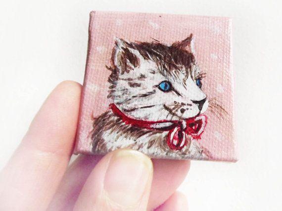 Alex gatto miniatura su tela  5x5cm bianco rosa rosso marrone dipinto acrilico OOAK. GabLabmadeinItaly. gatto natalizio#mini tela gatto#dipinto gatto#