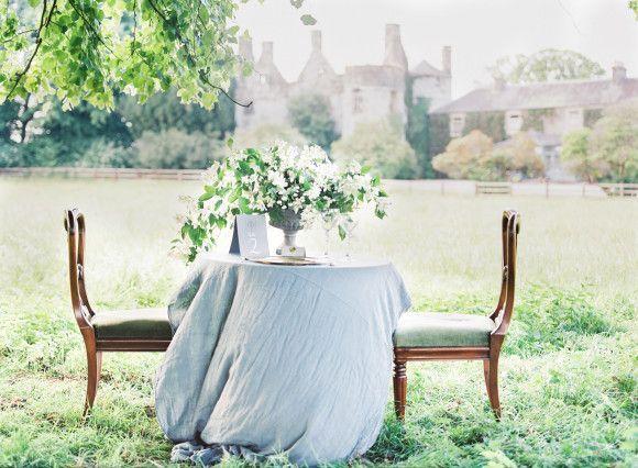 In Großbritannien schon seit längerem beliebt, kommt die Gartenhochzeit nun auch immer mehr zu uns! Statt in der Scheune, lässt es sich nämlich auch wunderbar im eigenen Garten oder einer herrlichen Gartenanlage heiraten. Von lässig-entspannter Stimmung, über ein Ja unter freiem Himmel, bis hin zu einem langen Grillabend unter Sternenhimmel – ein Garten bietet die perfekte Kulisse, um eure Hochzeitsfeier zu etwas ganz besonderem zu machen.