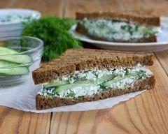 sandwich au concombre et cream cheese : http://www.cuisineaz.com/recettes/sandwich-au-concombre-et-cream-cheese-79806.aspx
