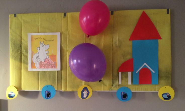 Muumi-teemaiset synttärit. Peitin taulut olohuoneesta silkkipaperilla ja laitoin koristetta. / Moomin themed birthdayparty. I covered our paintings with silkpaper and made some decors on them.