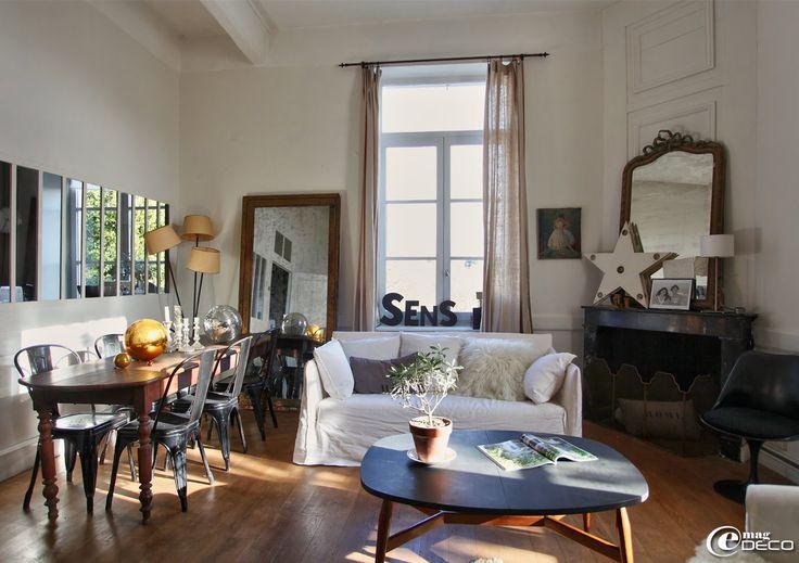 Dans le salon de Florence Bouvier, antiquaire à Lyon, une table basse des années 1950, un canapé Ghost de Paola Navone pour Gervasoni, boutique Maison Hand
