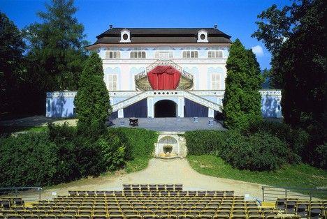 UNESCO nejspíše nebude trvat na vymístění Otáčivého hlediště z barokní zahrady v Českém Krumlově. Svitla naděje na postavení nového demontovatelného otáčivého hlediště …