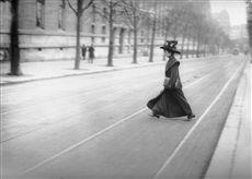 Mademoiselle Bloch, première candidate à l'Ecole polytechnique. Paris, 1900.