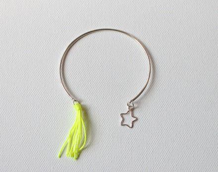 Bracelet en forme de jonc argent ouvert avec breloque argent en forme d'étoile et pompon jaune flou Forme pratique pouvant se mettre avec les autres joncs disponibles Réalisé - 19065295