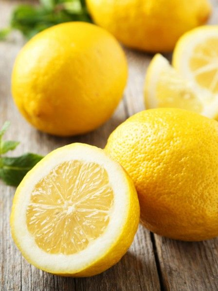 Übelkeit und Durchfall - eine Magen-Darm-Grippe ist nicht nur unangenehm, sondern auch extrem hartnäckig. Was gegen Noroviren hilft? Zitronensaft.