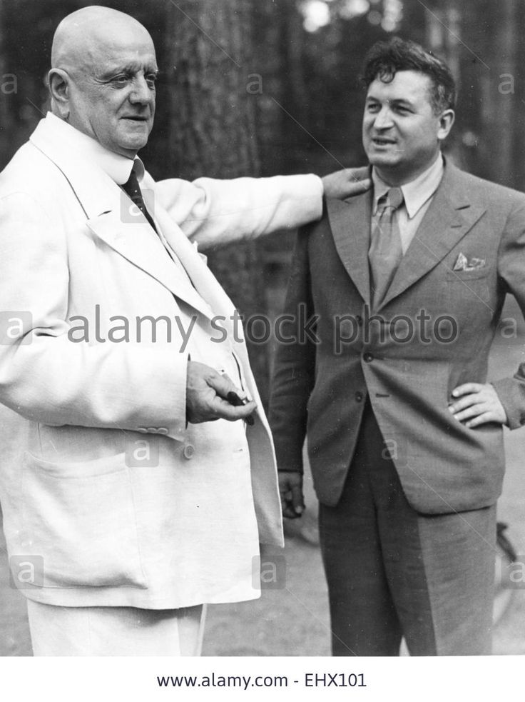 JEAN SIBELIUS (1865-1957) Finnish composer at his Jarvenpaa home in 1939 with Finnish sculptor Waino Aaltonen Stock Photo