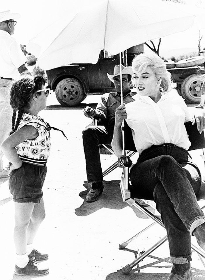 Marilyn Monroe y Montgomery Clift al fondo, en el set de 'Vidas Rebeldes' ('The Misfits', 1961)