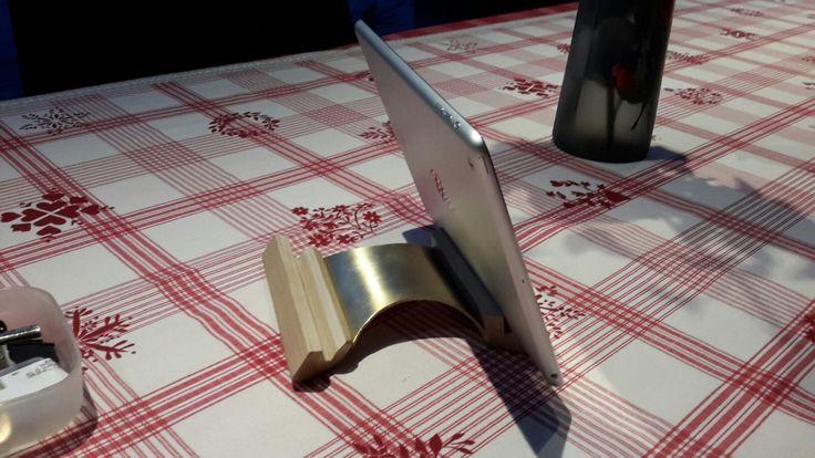 Support pour tablette design en bois et bronze
