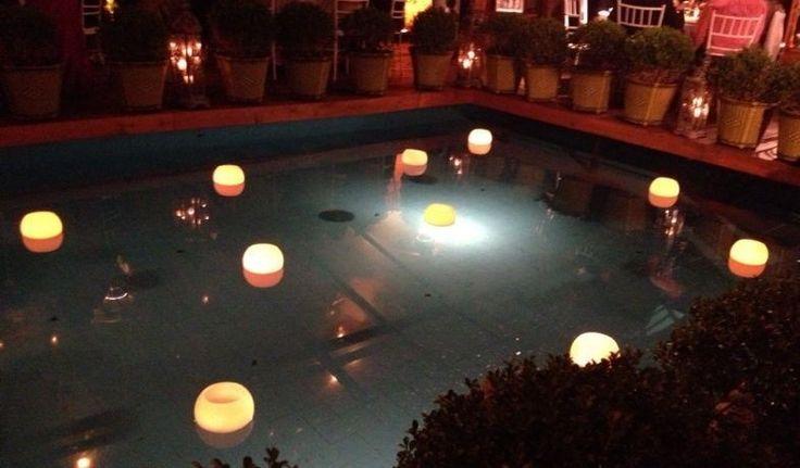 Luminárias flutuantes para piscina, em parafina com vela interna para queima e reposição, permitindo obter o brilho da luz repondo somente a vela, sem danificar a peça. <br>Brilho especial para a sua festa <br>Var, ref a uma peça