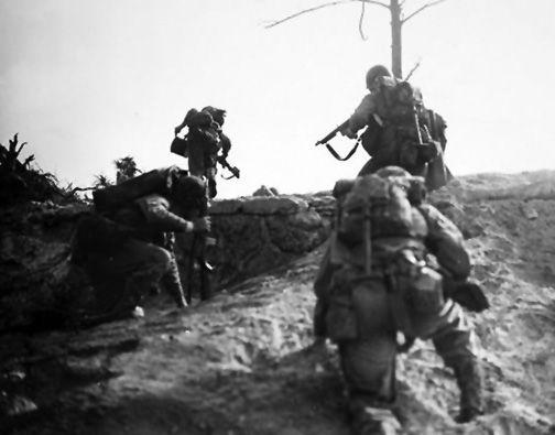 1945-marines au combat sur Okinawa Sud. Ces hommes sortir sous le feu vers leur objectif. L'équipe de fusil a été la pierre angulaire des opérations tactiques de Marine
