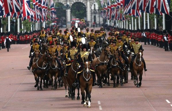 Members of the King's troop make their way back along the Mall after parading to Horse Guards Parade for the Queen's Birthday Parade, 'Trooping the Colour', in London on June 11, 2016. .Trooping The Colour and the fly-past are part of a weekend of events to celebrate the Queen's 90th birthday. / AFP / JUSTIN TALLIS