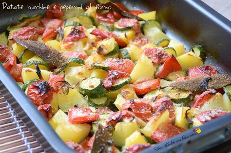 Oggi una ricetta vegetariana: patate zucchine e peperoni al forno! Per chi ama le verdure è un piatto squisitissimo, un contorno facile e leggero.