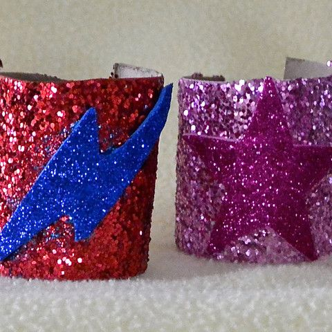 Super easy Superhero cuffs made from toilet paper rolls! Learn more at #mypretendplace #pretendplay