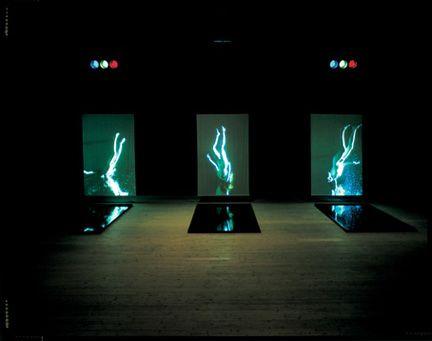 Bill Viola installation avec de l'au et des miroirs, illusion de déséquilibre et de mouvement.