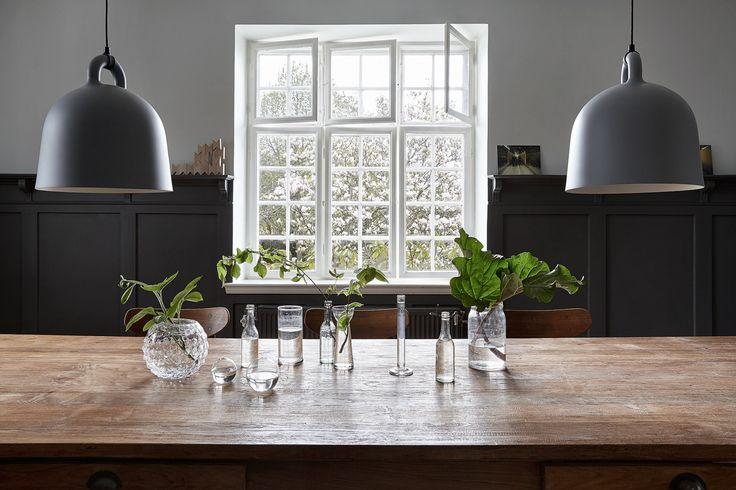 Industriele lampen en sfeervolle tafeldecoratie in Zweedse cottage - via cocolapinedesign.com