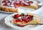 Hei kjære lesere! God midsommerhelg til dere alle! Galette er en fransk type terte som lages rett på stekeplaten uten noen kakeform. Man kan lage en galette med alle slags frukter og bær, og du finner flere varianter her på Det søte liv. Denne versjonen smaker nydelig av vaniljekrem, jordbær og sommer, og får frem smilet uansett vær!