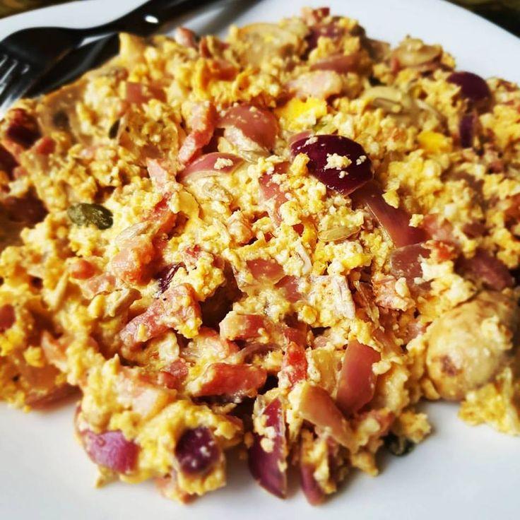 Low Carb breakfast!   Spekjes bakken met wat rode ui, knoflook en champignons. 2 eieren toevoegen en even mee roerbakken. Voeg naar smaak huttenkase en wat zaden/pitten of noten toe.   Dit ontbijt vult je voor een lange tijd. Een goed begin van de dag dus. Enjoy! #ontbijt #koolhydraatarm #ei