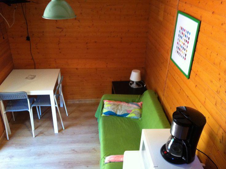 Vista de la sala de estar desde la escalera de acceso a la habitación del bungalow Tipo Torre del Camping Playa de la Franca