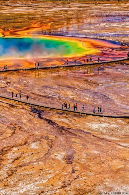 温泉の成分で変形した周りの地面も興味深い。アメリカ、グランド・プリズマティック・スプリング。