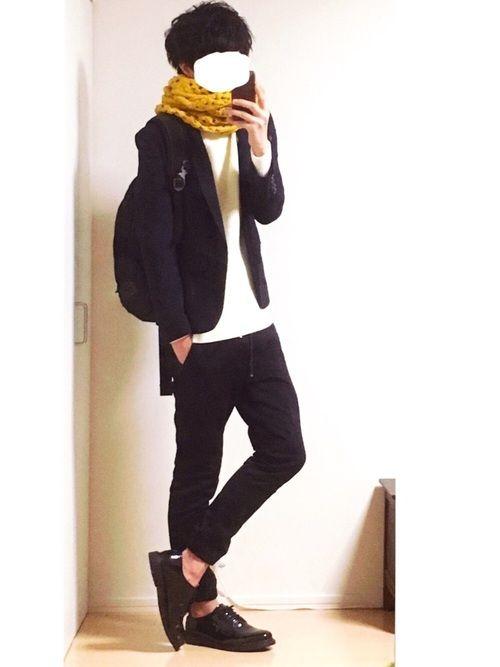 テーラードジャケット×タートルネック (見えないですが) ワンポイントで黄色スヌード