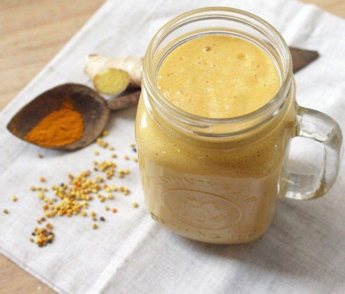 Этот коктейль из куркумы не только красивый и вкусный, но и очень целебный. Куркума, имбирь и корица, а также суперпродукты — пчелиная пыльца и мед!