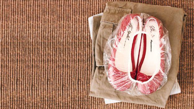 Pack Deine Schuhe in eine Duschhaube, wenn Du einen Koffer packst.