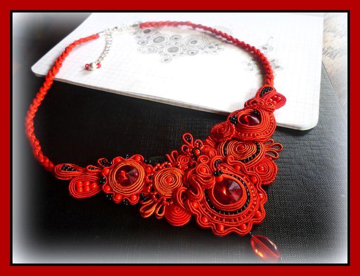 Naszyjnik w kolorze soczystej czerwieni. Więcej na www.reczniestworzone.blogspot.com