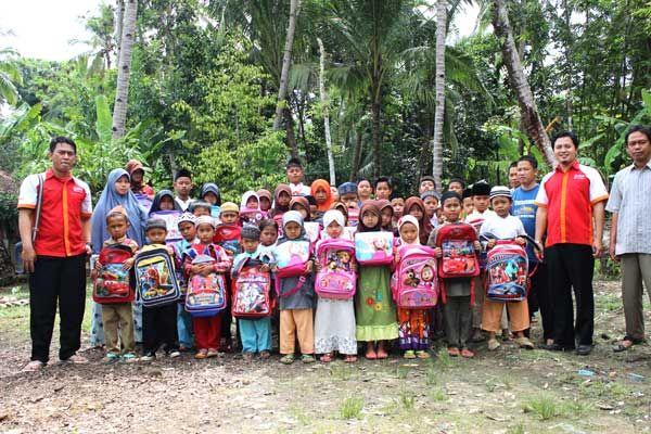 Donasi tas untuk yatim dan dhuafa di Desa Kramat Manik Pandeglang Banten - Rumah Yatim Mizan Amanah