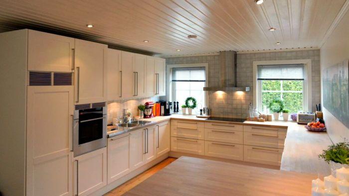 Lyst og pent #kjøkken etter et strøk #hvitmaling og #sliping av #benkeplater.