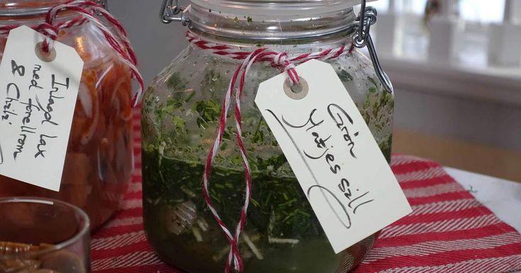 Matjessill med gräslök, oregano, timjan, dill och pepparrot. En pigg och örtig sill att servera på julbordet!