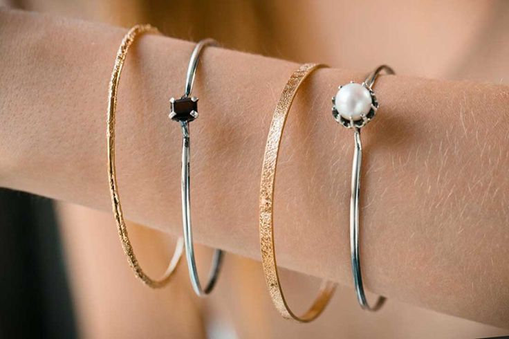 Set of 4 rigid bracelets in silver and 18kt gold with pearl and garnet. #IOSSELLIANI
