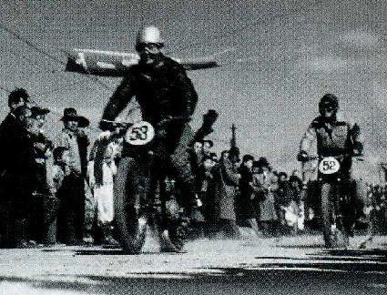 呼続大橋でホンダ・ドリームEがスタート、52は後のホンダスピードクラブ主将鈴木義一。53中村武雄、54徳永康夫が続き、国道1号を岡崎へ向かう。 昭和ロードレースの歴史①ー名古屋TT・富士登山レース