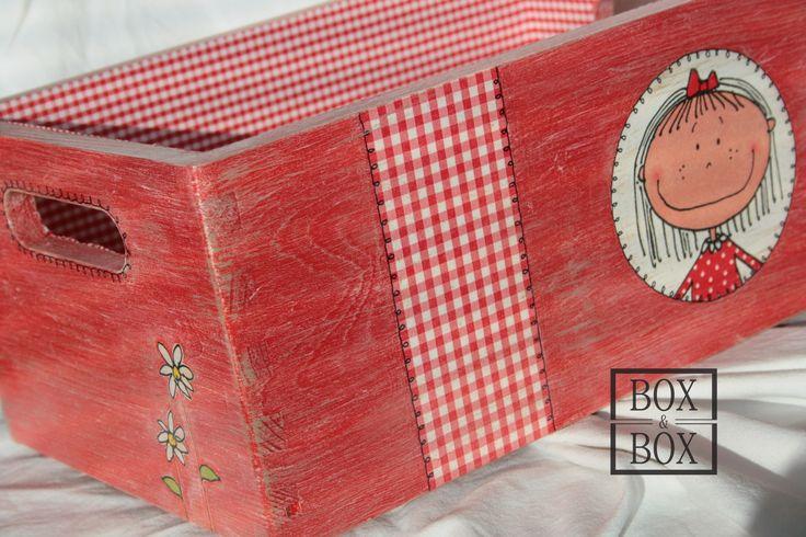 Bedýnka červená holčičí Dřevěná bedýnka 30x20x15cm. Patinovaná. Uvnitř vylepená látkou.