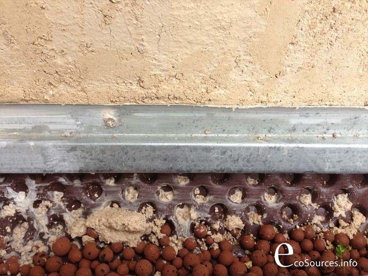 étanchéité périphériques des murs en pisé. Raccord à la chaux entre l'enduit et le solin.