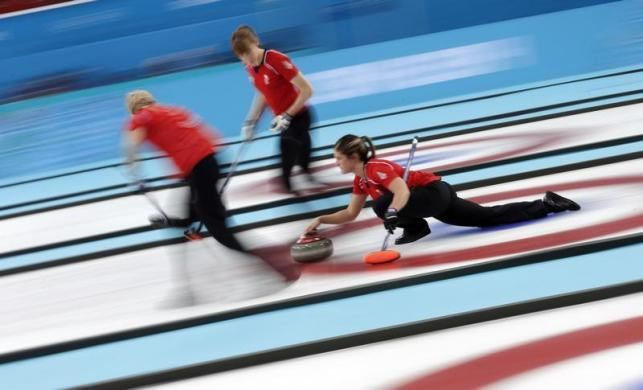 tudom, a téli olimpiának már vége, de a képekből sosem elég a készítésükről meg a blogomon olvashattok -> http://blog.volgyiattila.hu/olimpia-szocsi  A brit curling csapat küzd a bronz éremért a svájci csapat ellen a téli olimpián Szocsiban, 2014. február 20-án Fotó: Phil Noble/Reuters #fotó #sportfotó #sajtófotó #szocsi #sochi2014 #curling