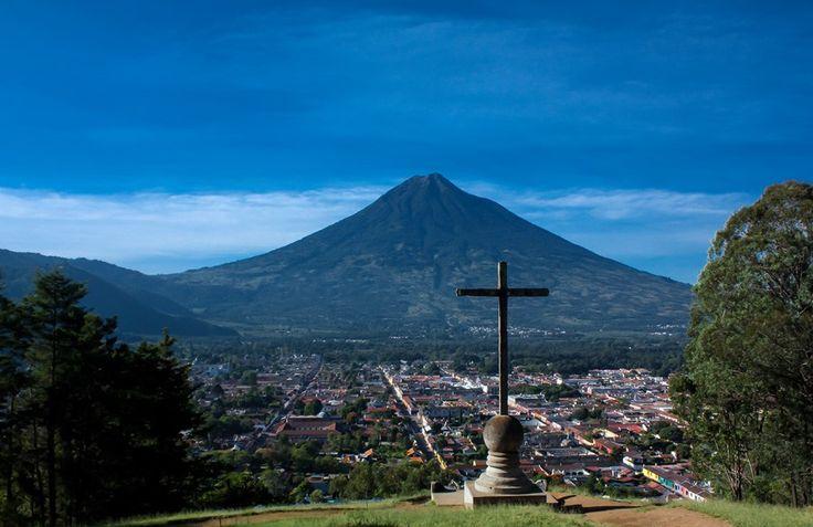 十字架の丘からアンティグアの町を一望/グアテマラ