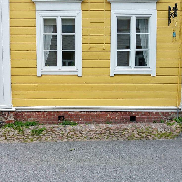 Suomessa vanhojen rakennusten perustukset on ennen betonin yleistymistä tehty perinteisesti latomalla luonnonkivipedit rakennuksen nurkkiin sekä väliseinien alle. Jäykkä hirsirunko on sitten kantanut itsensä näiden tukipisteiden pohjalta. Kun tämä perusvaatimus on tehty huolella on tukipisteiden välit voitu tehdä pienemmällä huolellisuudella sillä niiden tarkoitus on ollut pitää lähinnä kylmä ja eläimet pois talon alta. Käytäntö onkin ollut varsin kirjava millä nämä välit on täytetty - joko…