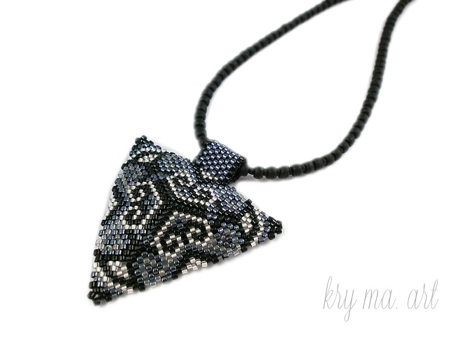 Triangular pendant made with treasure - pattern Anabel27
