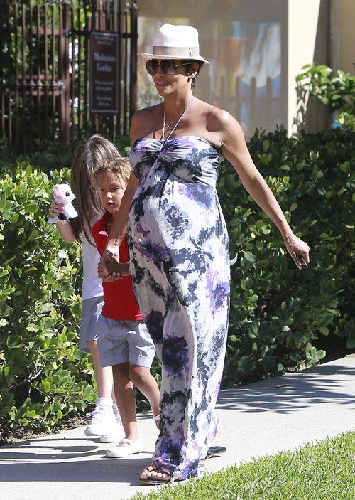 HALLE BERRY  Durante un paseo con su hija, Nahla, en Los Ángeles, Berry lució cómoda pero muy chic en un fresco vestido con estampado floral...
