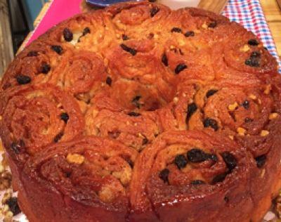 Torta de los 80 golpes acaramelada con nueces y pasas de uva