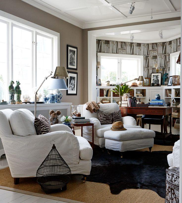 Jordnära inslag av blått genomsyrar sällskapsrummet med klassisk sisalmatta och nougatfärgade väggar. Howardfåtöljen från Jio möbler och zeb...