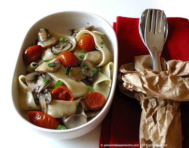 Mushroom and semi-dried tomato pappardelle - Pappardelle ai funghi e pomodorini semisecchi