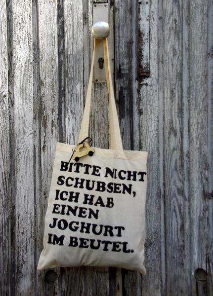 """- mit Siebdruck bedruckter Jutebeutel mit süßem Spruch:  """"Bitte nicht schubsen, ich hab einen Joghurt im Beutel""""   - """"Das goldene Taxi"""" als Filz Anhän"""