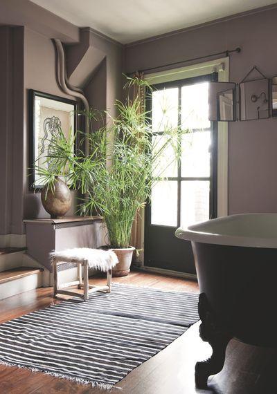 Une salle de bain vintage et verdoyante. Plus de photos sur Côté Maison http://petitlien.fr/84pe